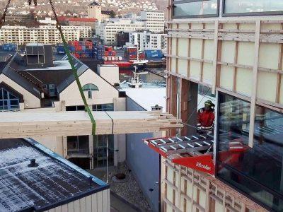 Inntransport av materialer på Liftroller Wall på Kilen næringsbygg i Bergen