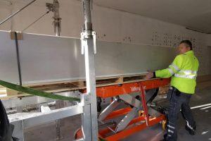 Krzysztof Sledzki ruller pall med gipsplater over på Liftroller Wagon
