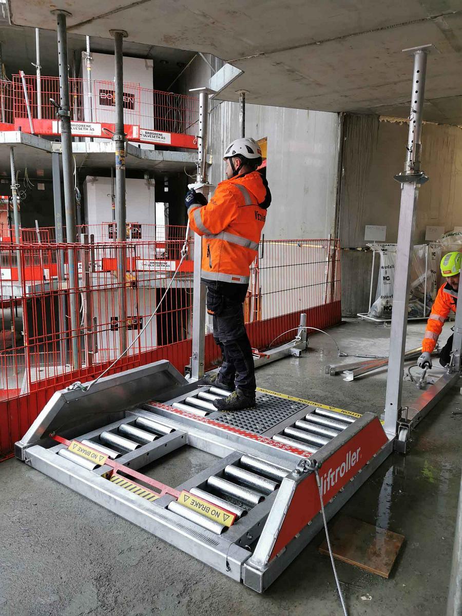 montering av takstøtter på Liftroller Floor