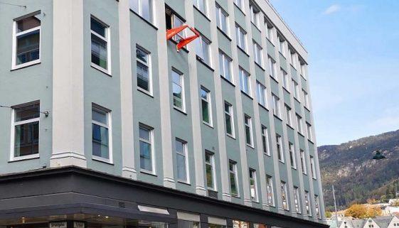 Liftroller Wall montert i vindu på Wallendahl bygget i Bergen Sentrum