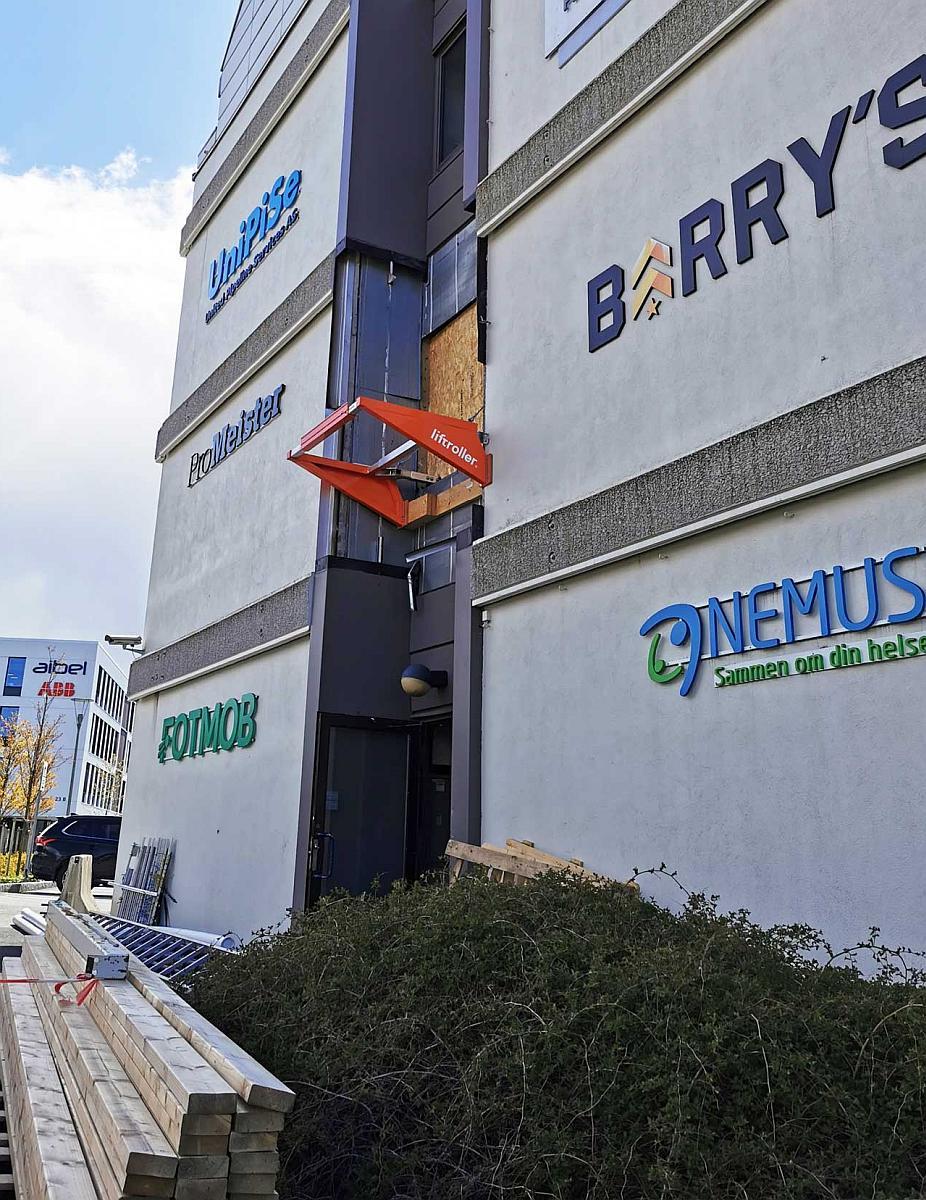 Liftroller Wall montert i vindu i andre etasje på næringsbygg