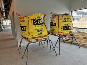 Bigbags sekker med byggavfall plassert på gipsbukker