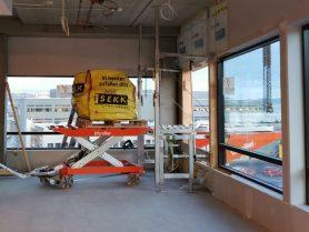 Sekk med byggavfall plassert på pall,på Liftrolelr Wagon klar for å rulles ut på Liftroller Wall