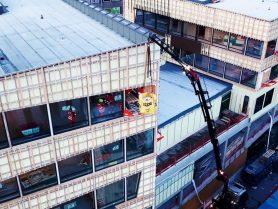 Uttransport av byggavfall i bigbags kranse ut via Liftroller Wall og ned på lastebil