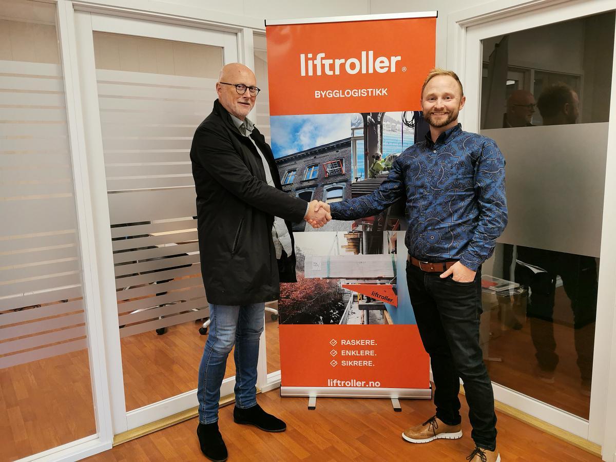 Dag Magne Vedvik (t.v), direktør i Dalseide og Fløysand, og Ivar Ole Wik, Gründer av Liftroller. Vedvik er nå ny styreleder i Liftroller