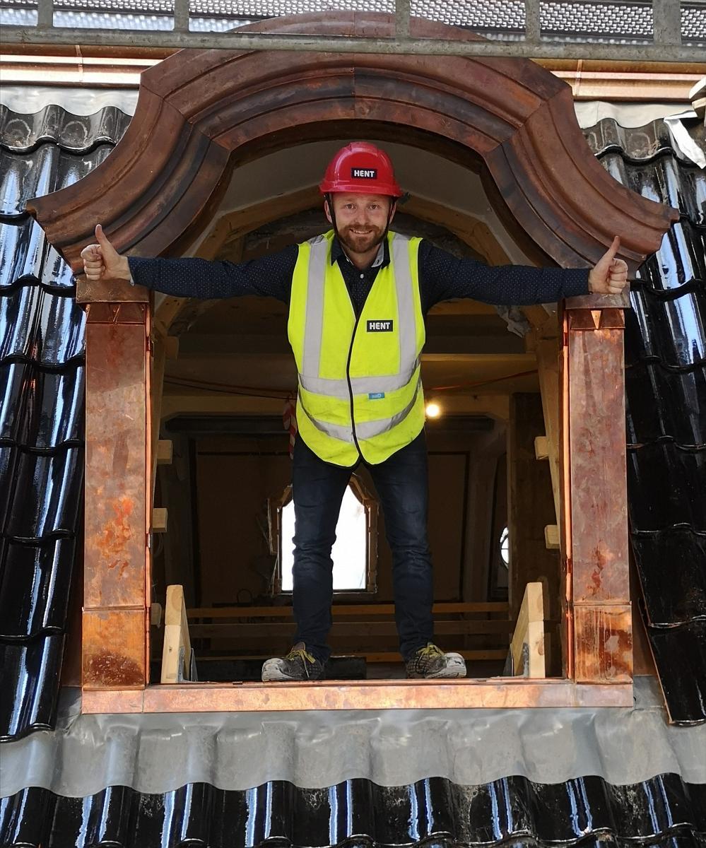 Det er positivt og svært spennende at Liftroller systemet nå er å se på danske byggeplasser også. Her er günder og daglig leder i Liftroller AS Ivar Ole Wik avbildet i toppen av Villa Copenhagen.