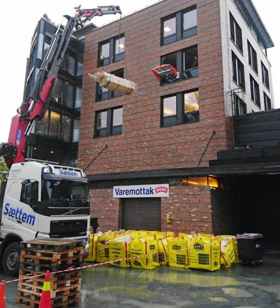 Flere hundre tonn med byggavfall er kranet ut via Liftroller systemet på Bulls AS sine byggeprosjekter.