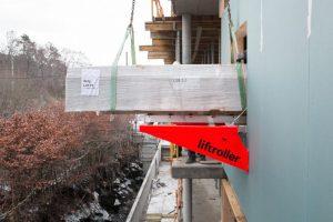 Gipspakke ligger på rullene til Liftroller Wall og er på vei inn vinduet.
