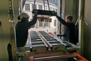 stålstendere kranes inn på Liftroller Wall på Thon Hotel Bristol i Bergen