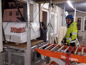 palle med gipsplater blir rullet inn på Liftroller Wall i fjerde etasje