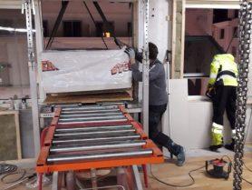 Inntransport av gipsplater Liftroller Wall på rehabiliteringsprosjekt