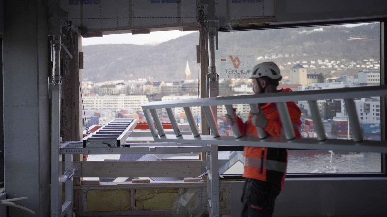 Ivar Ole bører rullene som skal monteres på Liftroller Wall