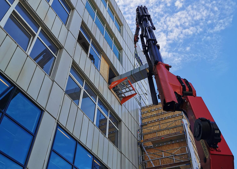 materilell rulles inn i bygget via rullene på Liftroller Wall