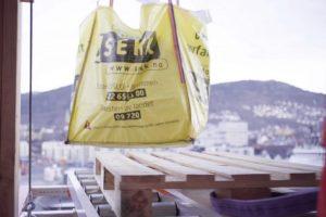 Sekk med byggavfall kranes ut på Liftroller Wall