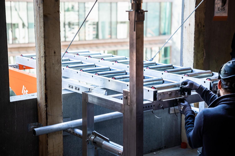 Montering av rullene på Liftroller Wall, på byggeprosjektet Danske Bank i København