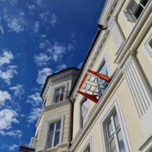 Liftroller Wall montert i vindu på bygården i Inkognitogata 33 Oslo