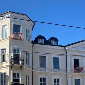 Speisialtilpasset modell av Liftroller Wall montert i vindu på tårnet på bygningen i Inkognitogata 33 Oslo